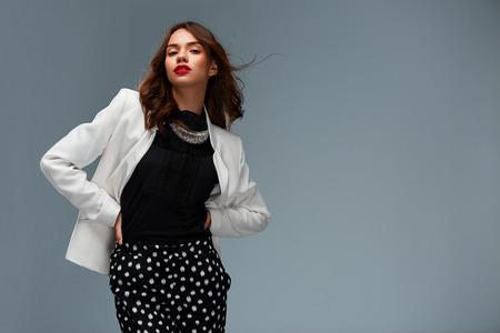 moda ropa: Hermosa mujer joven posando en ropa de moda en el estudio
