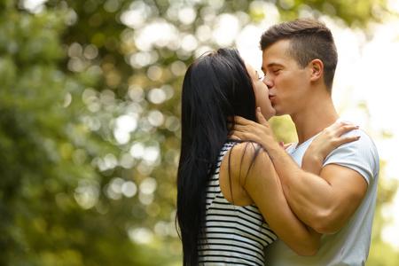 pareja besandose: Besar pares. Retrato de pareja caucásica joven besos Foto de archivo