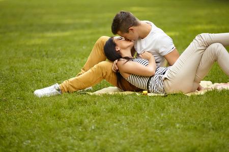 カップルはキス。若い白人のカップルがキスの肖像画 写真素材