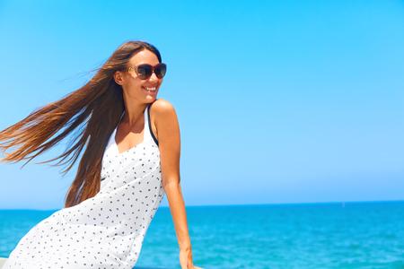 Meerbrise. Mädchen mit dem langen lächelnden und entspannenden Haar. Standard-Bild - 45744043