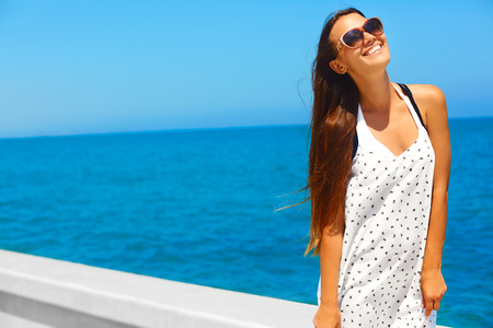 Jong meisje heeft plezier aan zee. Ze is gelukkig, gezond en vrij. Zomertoerisme Stockfoto