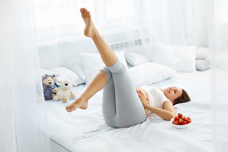 dieta sana: Mujer embarazada feliz siente saludable y obtiene un buen rato. Alimentación saludable y dieta concepto. Estilo de vida saludable