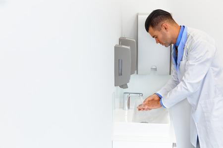 jabon: Médico lava las manos antes del trabajo médico. Clínica dental