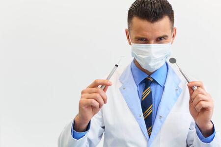 흰색 배경에 도구로 치과 의사
