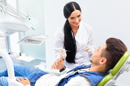 dentista: Dentista Famele y el hombre en oficina de los dentistas. Dentista y Paciente Foto de archivo