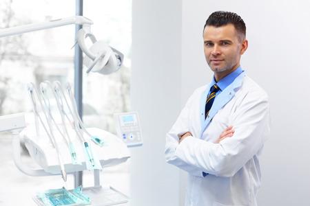 dentaire: Dentiste Docteur Portrait. Jeune homme à son lieu de travail. Cabinet dentaire Banque d'images