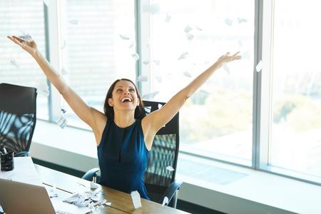 persona feliz: Mujer de negocios joven que lanza Trabajo de oficina en el aire. Gente de negocios Foto de archivo