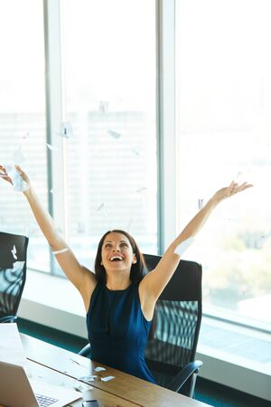 mujer bonita: Mujer de negocios joven que lanza Trabajo de oficina en el aire. Gente de negocios Foto de archivo