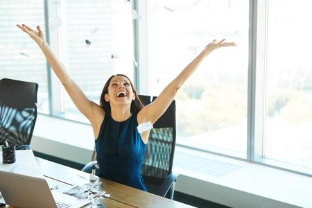 papeles oficina: Mujer de negocios joven que lanza Trabajo de oficina en el aire. Gente de negocios Foto de archivo