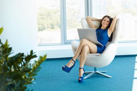 relajado: Retrato de mujer de negocios relajado en la oficina. Relájese y concepto de la libertad Foto de archivo