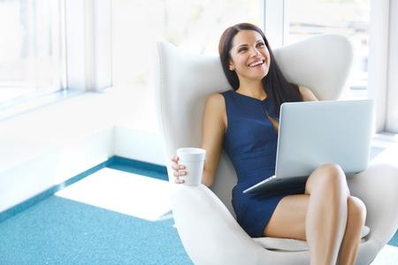 libertad: Retrato de mujer de negocios relajado en la oficina. Relájese y concepto de la libertad Foto de archivo