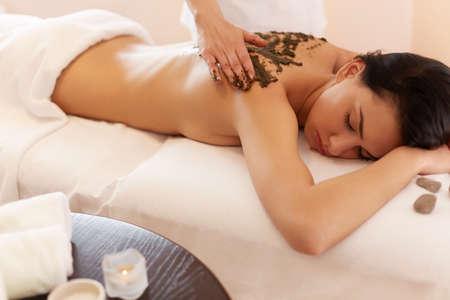 wraps: Spa mujer. Brunette Conseguir un tratamiento Wrap Algas Marinas en Spa Salon