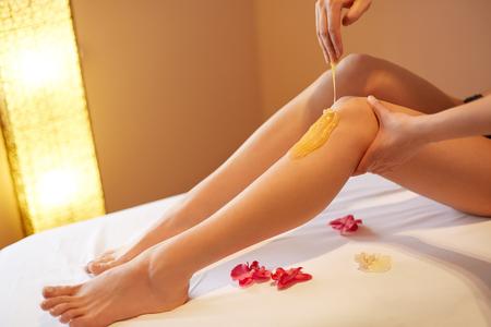 piel humana: Piernas largas de la mujer. Mujer cuida sobre sus piernas. Adici�n de sacarosa Tratamiento Foto de archivo