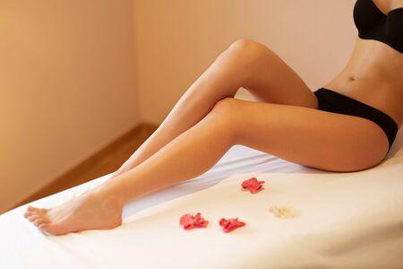 piernas mujer: Piernas largas de la mujer. Mujer Joven se preocupa por sus piernas. Foto de archivo