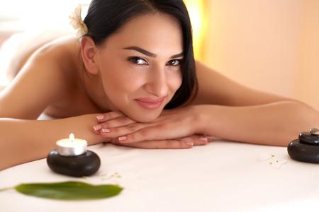 massaggio: Spa Massage. Bella Bruna ottiene Trattamento di benessere a Salon.