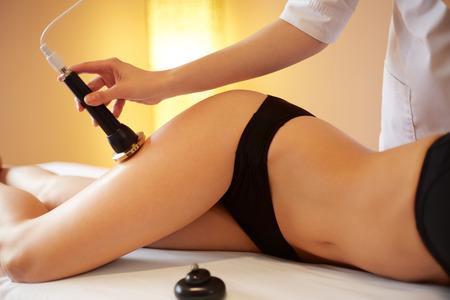 mujer celulitis: Cuidado corporal. Ultrasonido cavitación Tratamiento Contorno Corporal. Anti celulitis