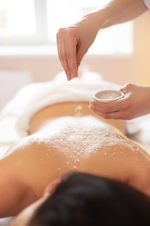 Spa Woman. Brunette Getting a Salt Scrub Beauty Treatment in the Spa. Body Scrub. Standard-Bild
