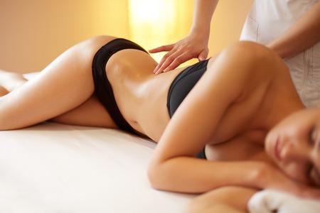 corpo umano: Donna della stazione termale. Primo piano di una donna ottenendo trattamento spa. Massaggio al corpo