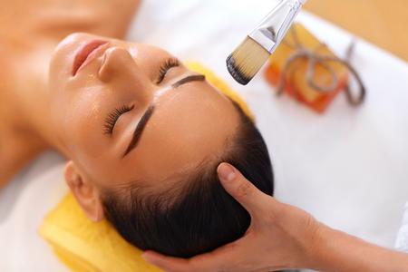 cremas faciales: Cara Tratamiento. Mujer en sal�n de belleza Obtiene M�scara Marina Foto de archivo