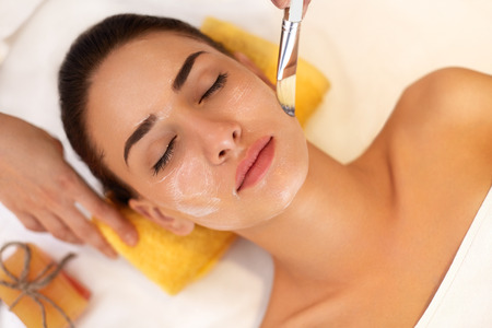 schoonheid: Gezichtsbehandeling. Vrouw in schoonheidssalon krijgt Marine Mask Stockfoto