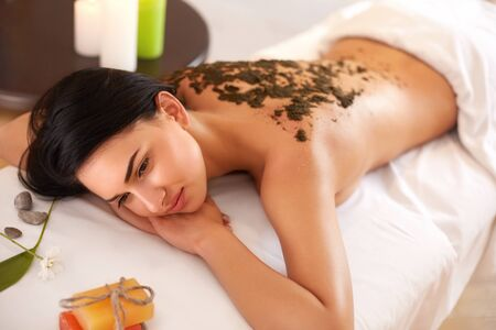 wraps: La mujer consigue un tratamiento Wrap Algas Marinas en Spa Salon