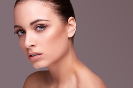krása: Beauty shot. Krásná žena se zdravou kůží Reklamní fotografie