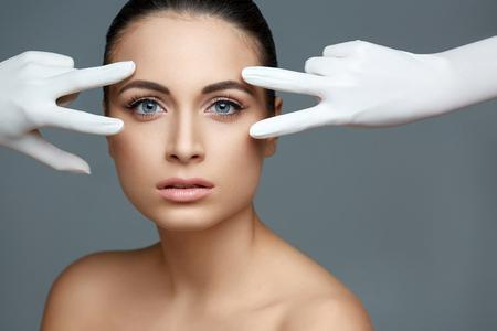 kunststoff: Kosmetische Chirurgie. Schöne Frau vor Plastik Betrieb. Schönheits-Gesichts-
