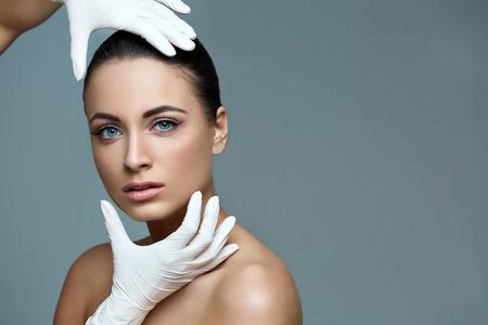 cirujano: Mujer hermosa antes de Cirug�a Pl�stica Operaci�n Cosmetolog�a. Cara de belleza Foto de archivo