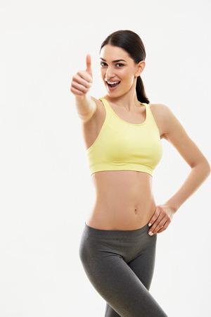 Gelukkig fitness Jonge vrouw zien thumbs up.