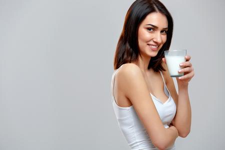 vaso de leche: Leche de consumo Mujer joven feliz Foto de archivo