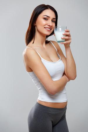 tomando leche: Leche de consumo Mujer joven feliz Foto de archivo