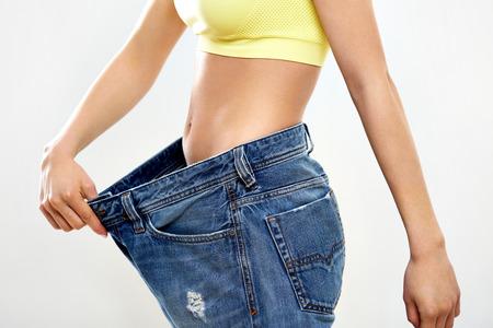 femme se deshabille: Belle femme sportive Affichage Combien de poids qu'elle a perdu