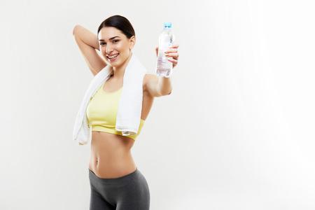 toallas: Atl�tico de la muchacha con una botella de agua Foto de archivo
