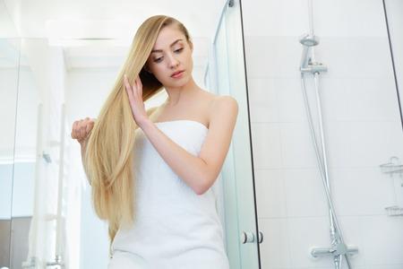 Mooi Blond Borstelen Haar Haar