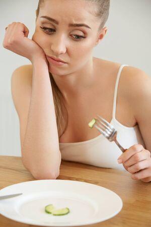 plato de comida: Hermosa mujer joven come vegetales