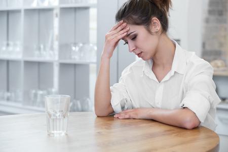 mujer triste: Retrato de mujer con dolor de cabeza Foto de archivo