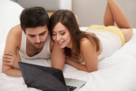 porn: Пара на кровати с ноутбуком