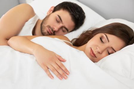 durmiendo: Pareja dormir mentira en su cama en el dormitorio Foto de archivo