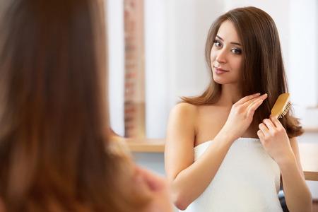 cabello: Cabello. Hermosa Morena Cepillar su pelo. Cuidado del cabello. Spa Belleza Modelo