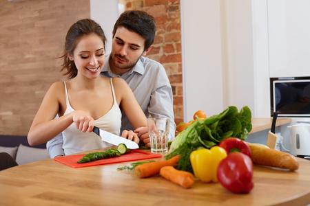Koken van het paar voedsel in de keuken. Gezonde levensstijl