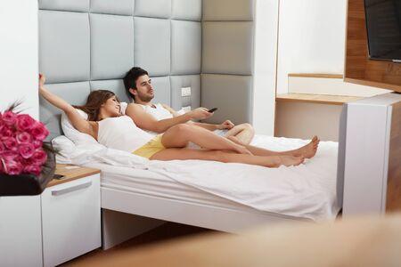 pareja viendo tv: Pares que ven la TV en el pa�s