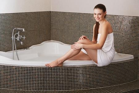 piernas mujer: Mujer en el baño se preocupa por sus piernas perfectas