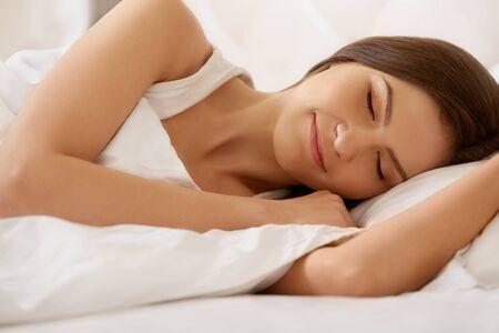 durmiendo: Joven bella mujer durmiendo en la cama