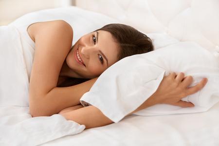 mujer en la cama: Joven bella mujer durmiendo en la cama