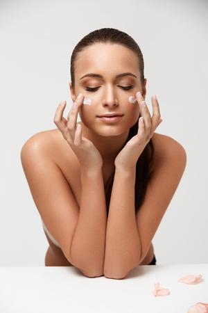 piel humana: Spa mujer. Muchacha Hermosa Que Toca Su Cara. Mujer con crema en la cara. Cosmetolog�a y maquillaje Foto de archivo