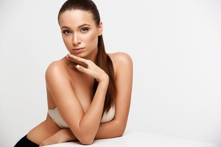cuerpo femenino: Spa mujer. Muchacha Hermosa Que Toca Su Cara. Piel Perfecta. Cuidado para la piel. Publicidad Bienestar Foto de archivo