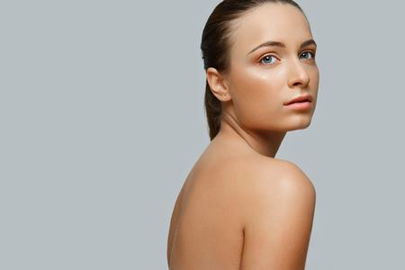 volti: Ritratto di bella donna. Cosmetologia. Cura della pelle