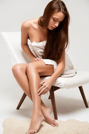 junge nackte m�dchen: Lange Beine Frau. Sch�ne Frau k�mmert sich um Beine. Depilation