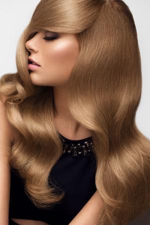 cabello lacio: Cabello. Retrato de la hermosa rubia con el pelo ondulado largo. Imagen de alta calidad. Foto de archivo