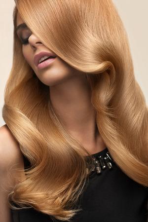cabello rizado: Pelo rubio. Retrato de la hermosa rubia con el pelo ondulado largo. Imagen de alta calidad.